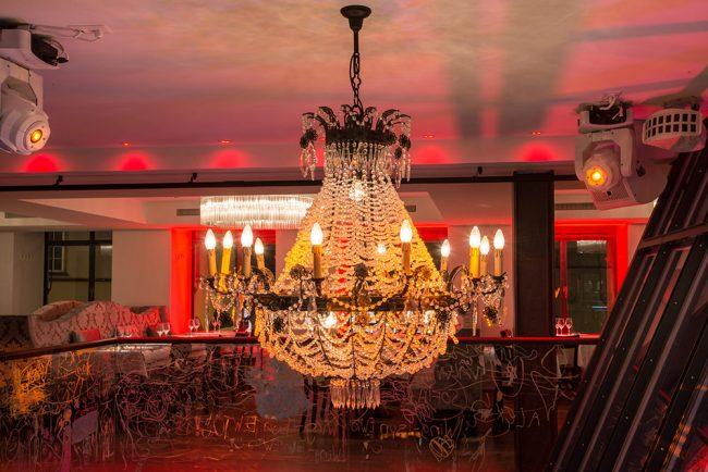 Chandeliers trazem um ar imponente ao restaurante