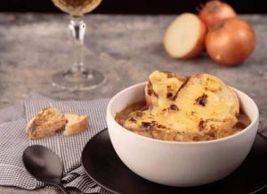 A melhor receita de sopa de cebola clássica francesa gratinada