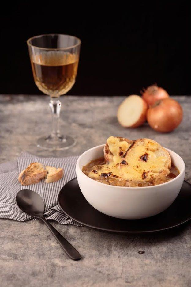 Sopa de cebola clássica francesa com pão tostado e Gruyère